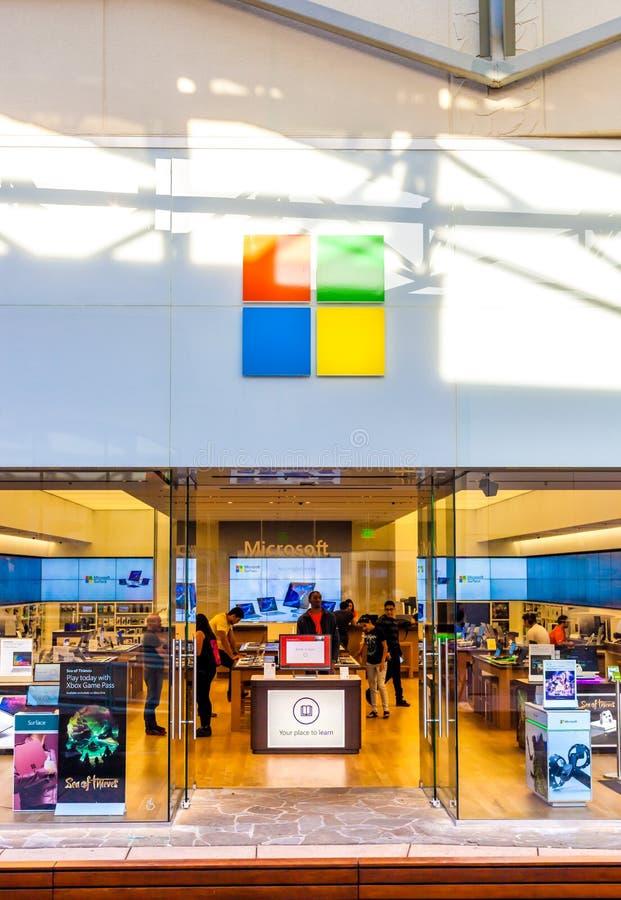 SAN ANTONIO, TEXAS - 12 de abril de 2018 - entrada da loja e da sala de exposições de Microsoft situadas na alameda de Cantera do fotos de stock