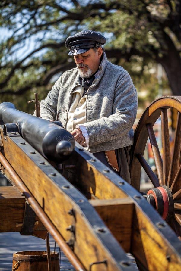 SAN ANTONIO, TEXAS - 2 de março de 2018 - homem vestido como o soldado do século XIX participa no reenactment da batalha do Alam imagens de stock royalty free