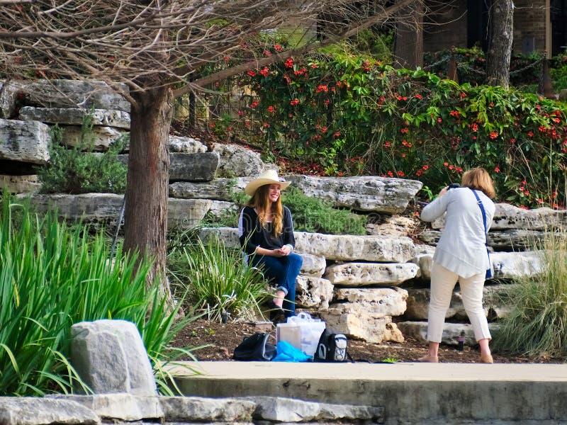 San Antonio, Texas - 6 de março de 2017: Sessão fotográfica do ar livre ao longo da caminhada do rio imagem de stock