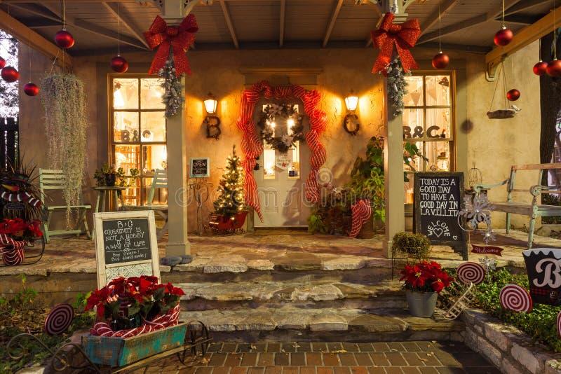 SAN ANTONIO, TEXAS - 27 de novembro de 2017 - entrada pequena do boutique decorada para o Natal, localizado no La Villita, uma co fotos de stock