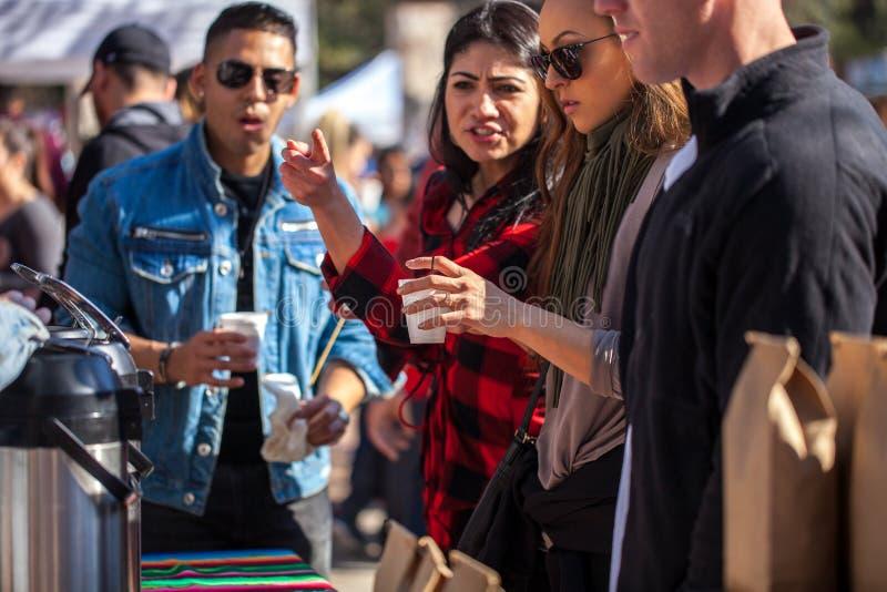 SAN ANTONIO, TEXAS - JANUARI 6, 2018 - Selectieve nadruk met accent op hand en kop mensen die koffie krijgen tijdens de Koffie va royalty-vrije stock fotografie