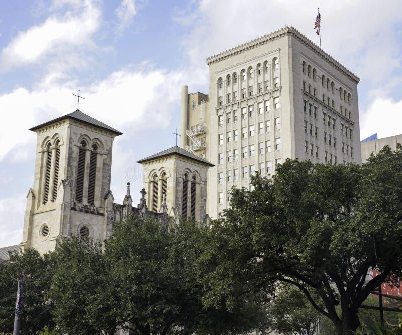 San Antonio, Texas - katedra w San Fernando i nowoczesny budynek obok niej obraz royalty free