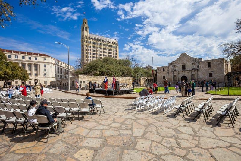 SAN ANTONIO TEXAS - MARS 2, 2018 - folk samlar för att hålla ögonen på den 182. åminnelsen av belägringen och striden av Alamoen, royaltyfria foton