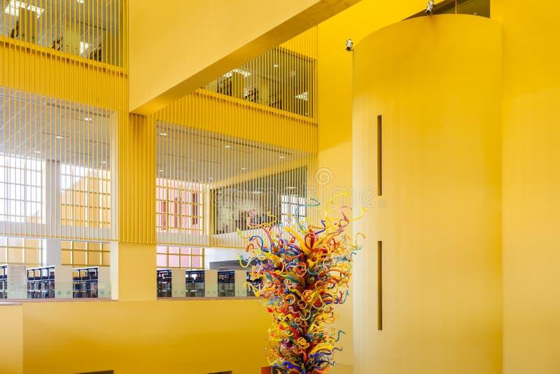 SAN ANTONIO TEXAS - MATCH 26, 2018 - den San Antonio Central Library lobbyen med glass ` för tornet för skulptur`-fiestaen planla arkivbild