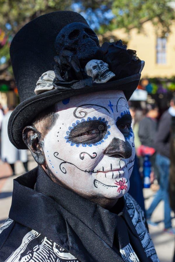 SAN ANTONIO, TEXAS - 28. Oktober 2017 - Mann mit Gesichtsfarbe und Schädel verziertem Zylinder feiert Dia de Los Muertos /Day des stockfotos
