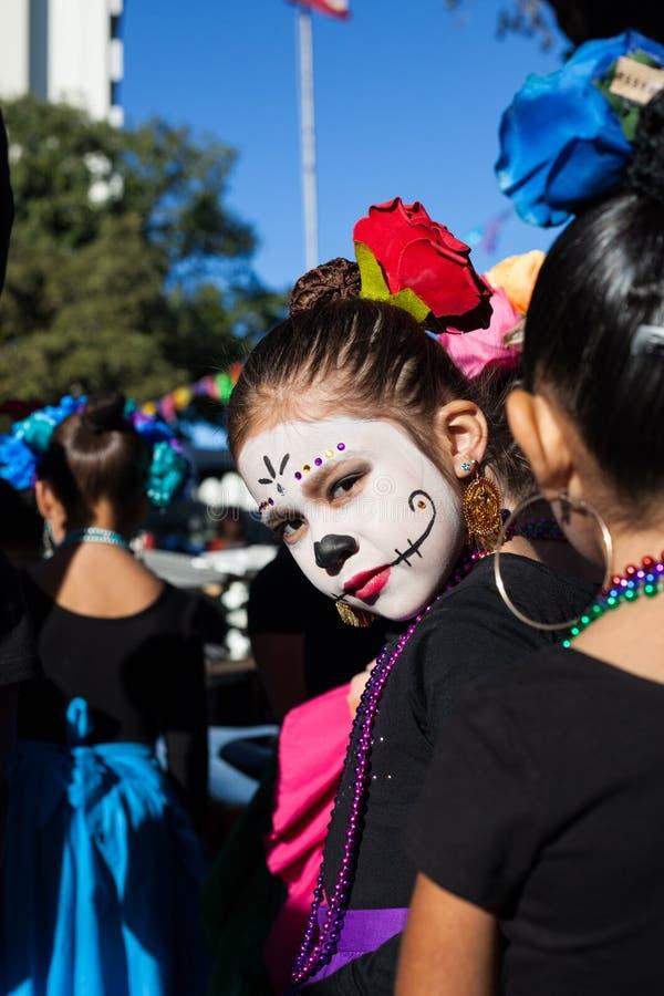 SAN ANTONIO, TEXAS - OKTOBER 28, 2017 - Meisje draagt gezichtsverf voor Dia de Los Muertos /Day van de Doden stock afbeeldingen