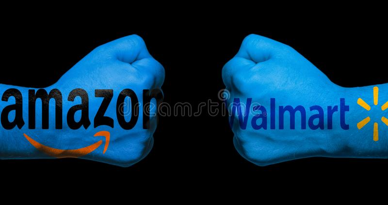SAN ANTONIO, TX - 9 APRIL, 2018 - de emblemen van Amazonië en Walmart-op twee dichtgeklemde vuisten worden geschilderd die elkaar royalty-vrije stock foto's