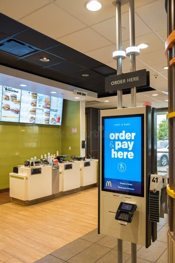 SAN ANTONIO, TX, Etats-Unis - 9 NOVEMBRE 2018 - intérieur d'un restaurant de mcdonald avec le nouveau kiosque de auto-ordre images stock