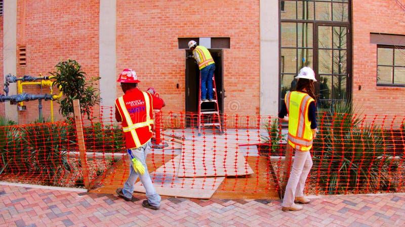 San Antonio, TX - 6 mars 2017 : Travailleurs de la construction dans des gilets oranges de travail photographie stock