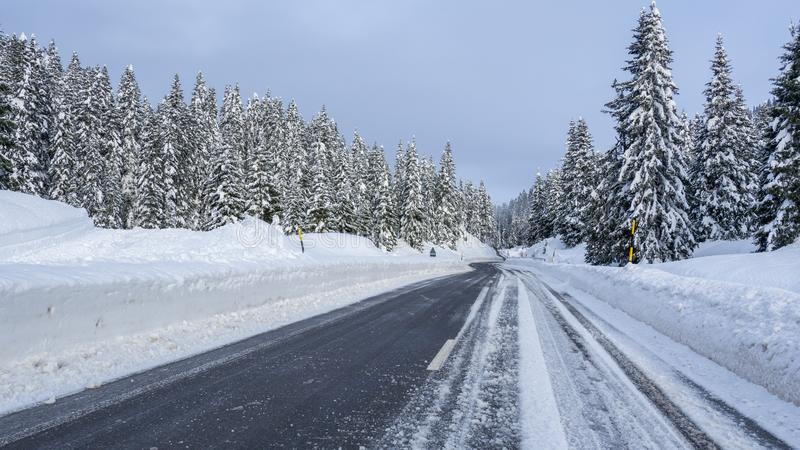 San Bernardino, Zwitserland Rijden op de weg na een sneeuwval Driving shot, bestuurdersstandpunt POV, gezichtspunt van het voertu stock afbeelding