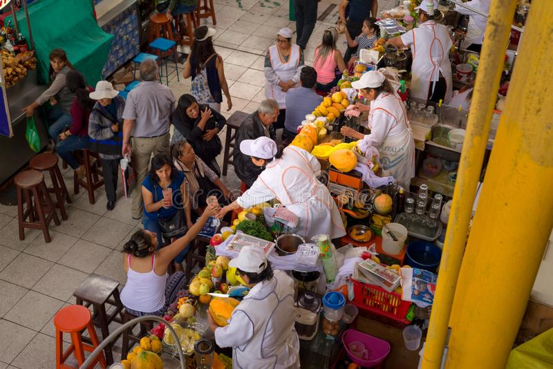 SAN CAMILO TRADITIONEEL OUD MARKET PLACE IN AREQUIPA, PERU stock afbeelding