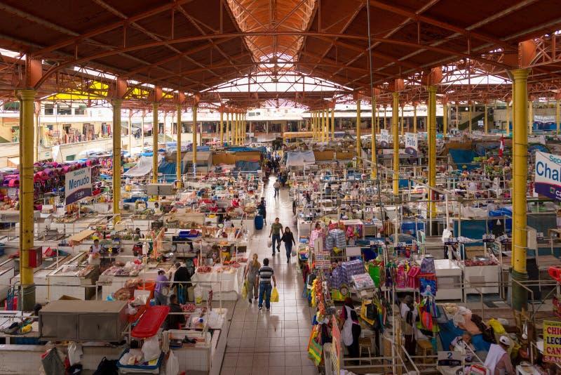 SAN CAMILO TRADITIONELLA GAMLA MARKET PLACE I AREQUIPA, PERU royaltyfria bilder
