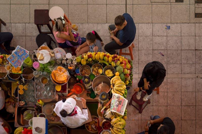 SAN CAMILO TRADITIONELLES ALTES MARKET PLACE IN AREQUIPA, PERU stockfotografie