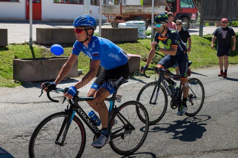 San Candido, Itália 26 de maio de 2017: Ciclistas profissionais antes da partida da fase dura da montanha imagem de stock royalty free