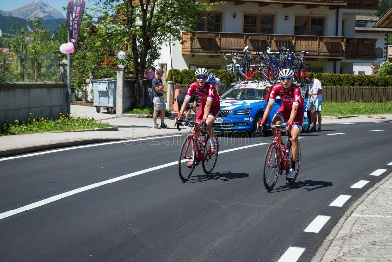 San Candido, Itália 26 de maio de 2017: Ciclistas profissionais antes da partida da fase dura da montanha imagem de stock