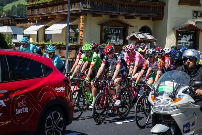 San Candido, Itália 26 de maio de 2017: Ciclistas profissionais antes da partida da fase dura da montanha imagens de stock royalty free