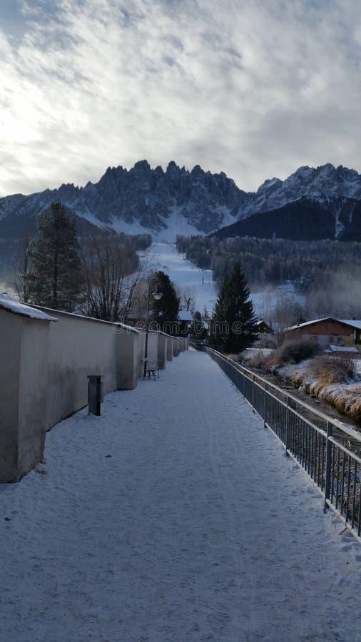 San candido Italien 02 25 2018 karakteristiska by mellan dalarna av bergen av södra Tyrol royaltyfri bild