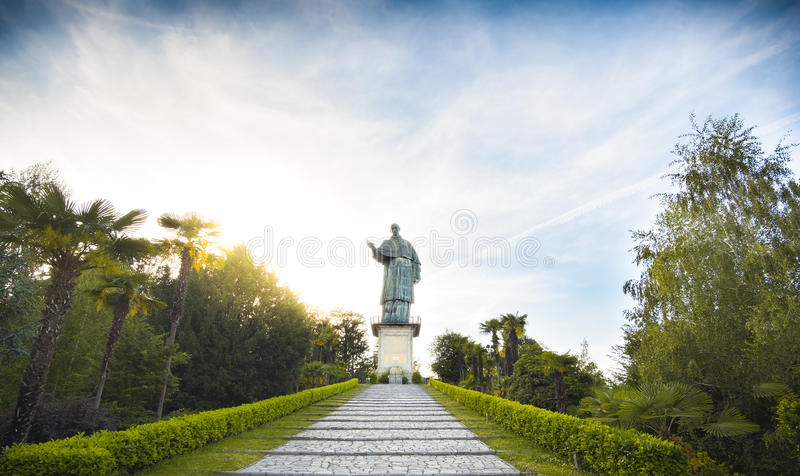 San Carlo Borromeo lub Sancarlone kolosa sławna statua w Arona wiosce na Jeziornym Maggiore terenie, Podgórski region Włochy zdjęcia stock