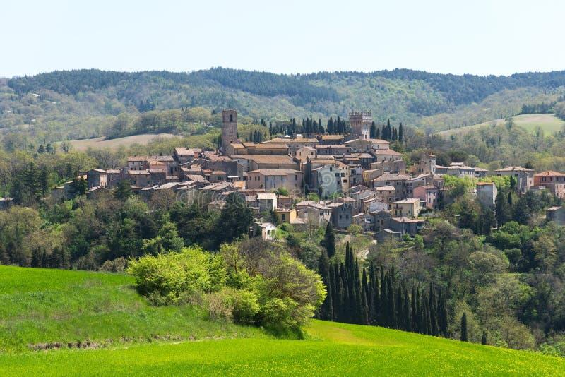 San Casciano dei Bagni, en av de mest härliga byarna av Italien Härligt areal landskap av en liten lantlig by på fotografering för bildbyråer