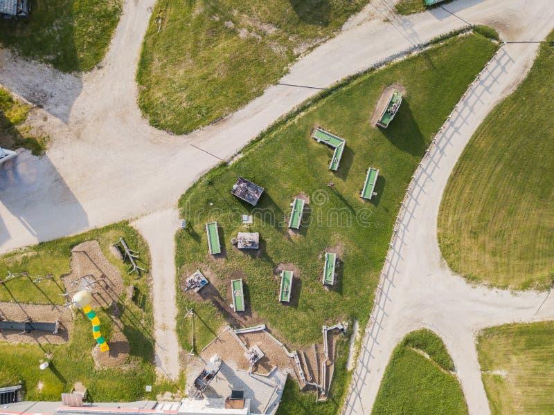 SAN Cassiano, Ιταλία Η παιδική χαρά, η υπαίθρια γυμναστική, το μίνι γκολφ των παιδιών, τα εστιατόρια και το νερό παίζουν στην άφι στοκ εικόνα