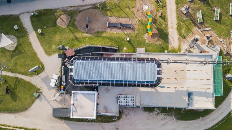 San Cassiano, Italie Terrain de jeu, gymnase extérieur, golf des enfants mini, restaurants et jeu de l'eau à l'arrivée de la benn images stock
