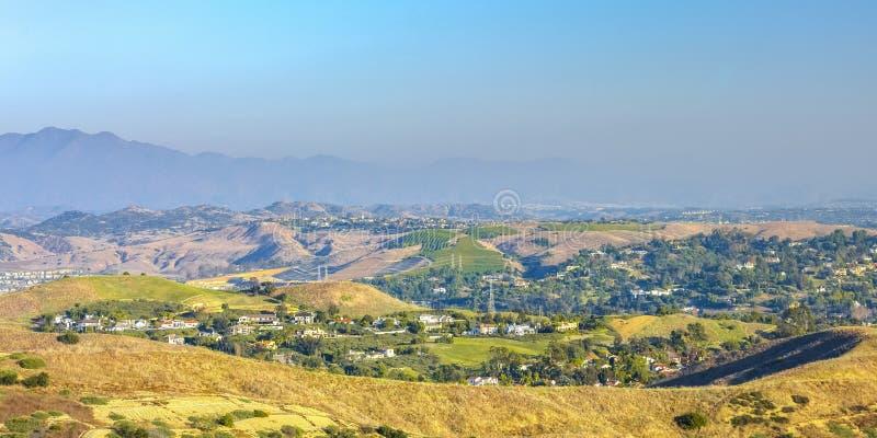 San Clemente die heuvels met huizen amid bomen rollen royalty-vrije stock foto