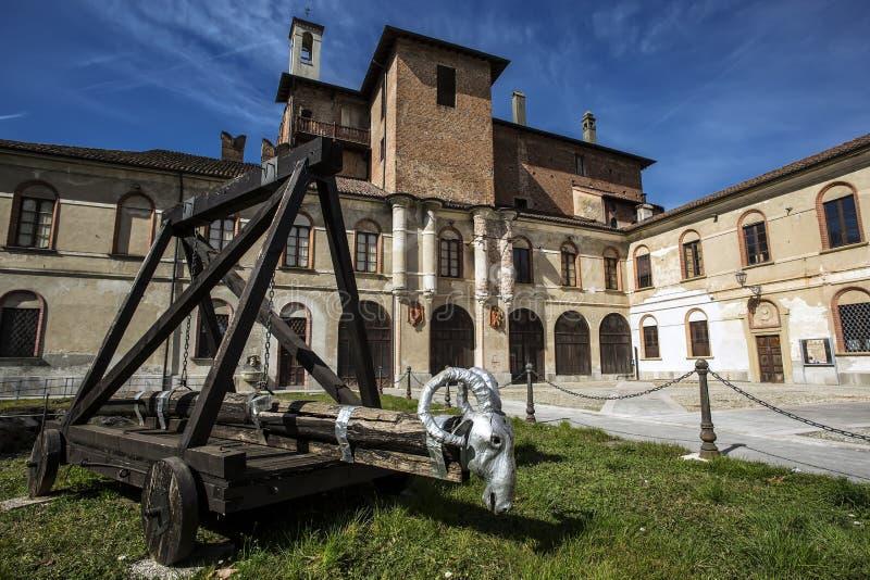 San Colombano al Lambro, Italien: San Colombano al Lambro, Milan, Lombardy, Italien: yttersida av den medeltida slotten arkivfoton