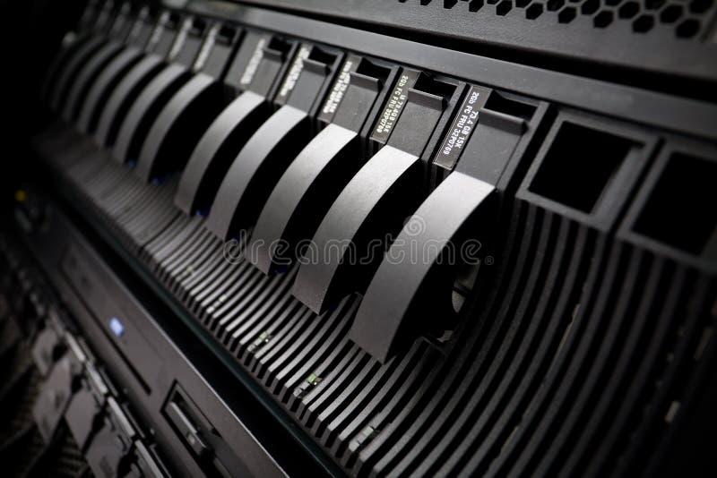 SAN con los mecanismos impulsores duros en estante del servidor fotografía de archivo