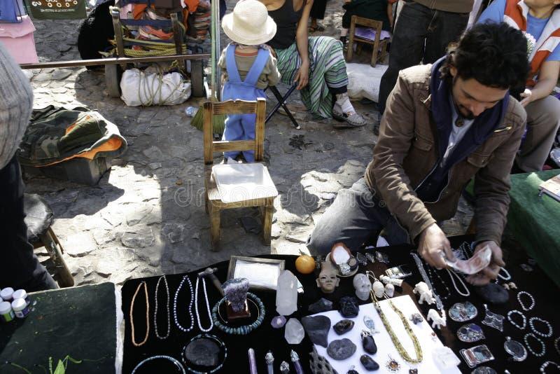 San Cristobal de Las Casas, Чьяпас/Мексика - 12-21-2008: уличный торговец ремесленничеств стоковое фото rf