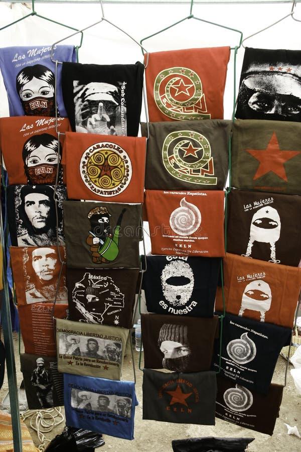 San Cristobal de Las Casas, Chiapas/Mexico - 12-21-2008: gataförsäljning av t-skjortor med revolutionär latin - amerikanska tecke royaltyfri fotografi