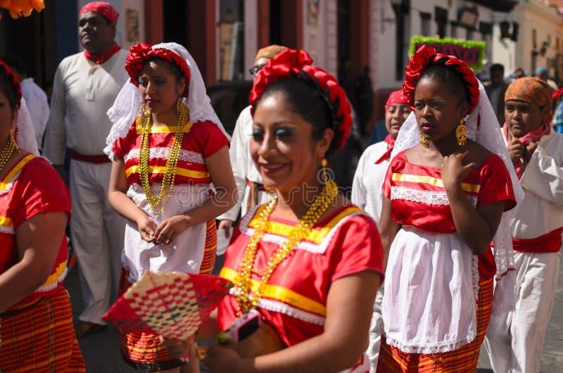 SAN CRISTOBAL DE LAS CASAS MEXICO, 13 DECEMBER 2015: Kvinnor i t arkivfoto