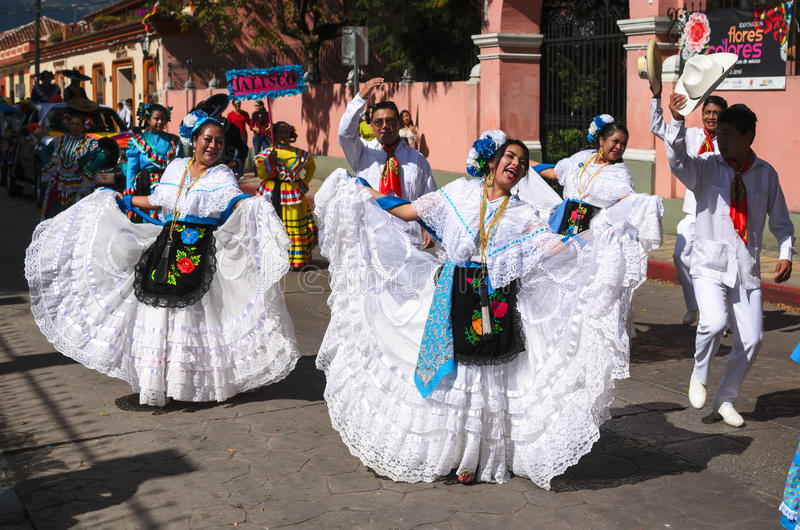 SAN CRISTOBAL DE LAS CASAS, MEXIKO, AM 13. DEZEMBER 2015: Leute Dan lizenzfreies stockbild