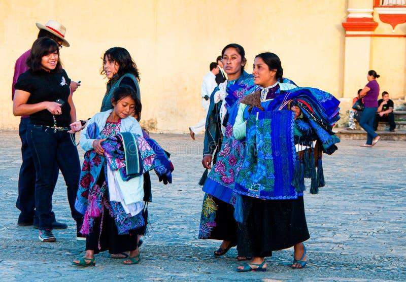 San Cristobal de Las Casas, Mexiko - 25. November 2010 Verkäufer von traditionellen Decken lizenzfreies stockbild