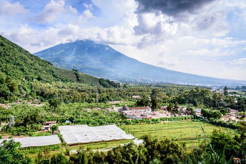 San Cristobal el Bajo & Agua-vulkaan, Guatemala royalty-vrije stock foto