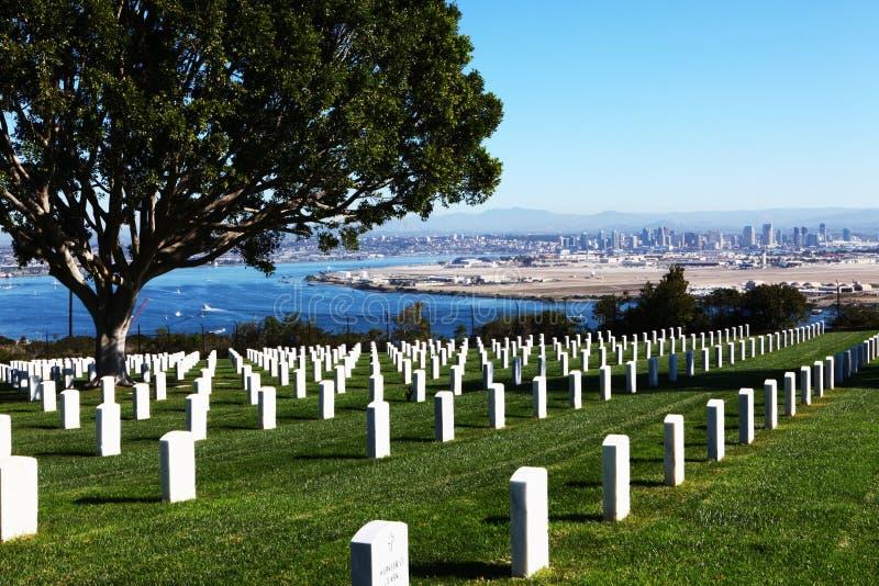 San Diego avec le cimetière national de Rosecrans de fort dans l'avant photographie stock libre de droits