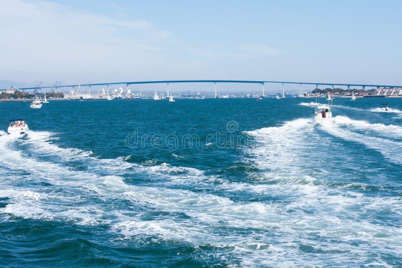 San Diego Bay avec le pont et les bateaux de baie de Coronado images stock