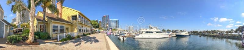 SAN DIEGO, CA - 30 DE JULIO DE 2017: Pueblo del puerto de la visita de los turistas encendido fotografía de archivo libre de regalías