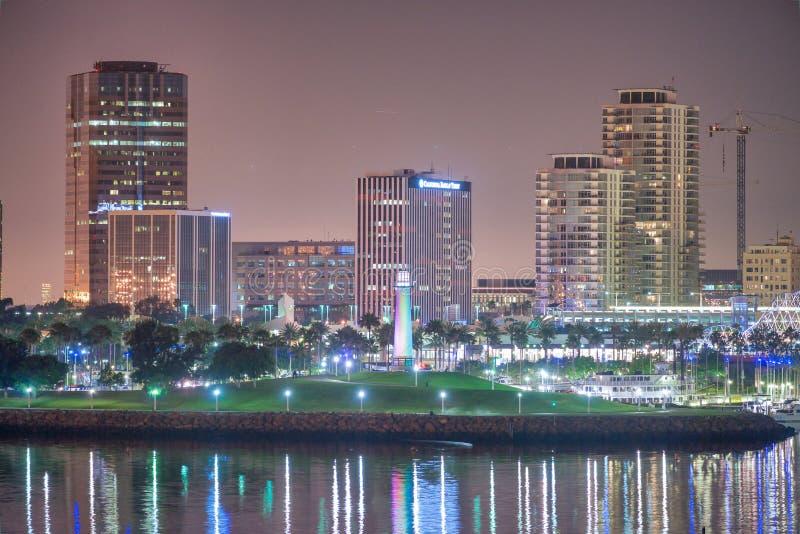 SAN DIEGO, CA - 31 DE JULIO DE 2017: Reflexiones de la noche de San Diego céntrico del puerto de la ciudad La ciudad atrae a 10 m imagenes de archivo
