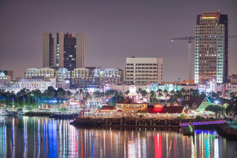 SAN DIEGO, CA - 31 DE JULIO DE 2017: Reflexiones de la noche de San Diego c?ntrico del puerto de la ciudad La ciudad atrae a 10 m fotografía de archivo