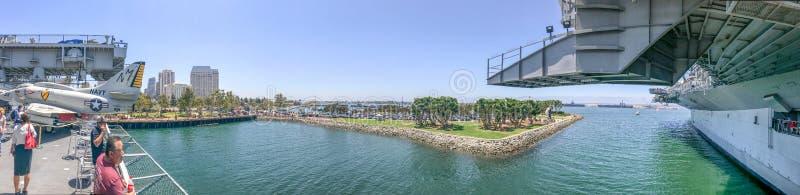 SAN DIEGO, CA - 30 DE JULIO DE 2017: Visita USS de los turistas intermediario en un b imagenes de archivo