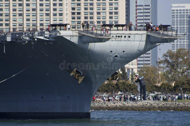 SAN DIEGO, CA - USS Centraal en Victory Kiss-standbeeld royalty-vrije stock foto