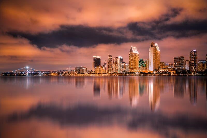 San Diego California horisont och fjärd som ses på natten royaltyfria foton