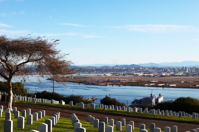 San Diego com o cemitério nacional de Rosecrans do forte no primeiro plano imagens de stock royalty free