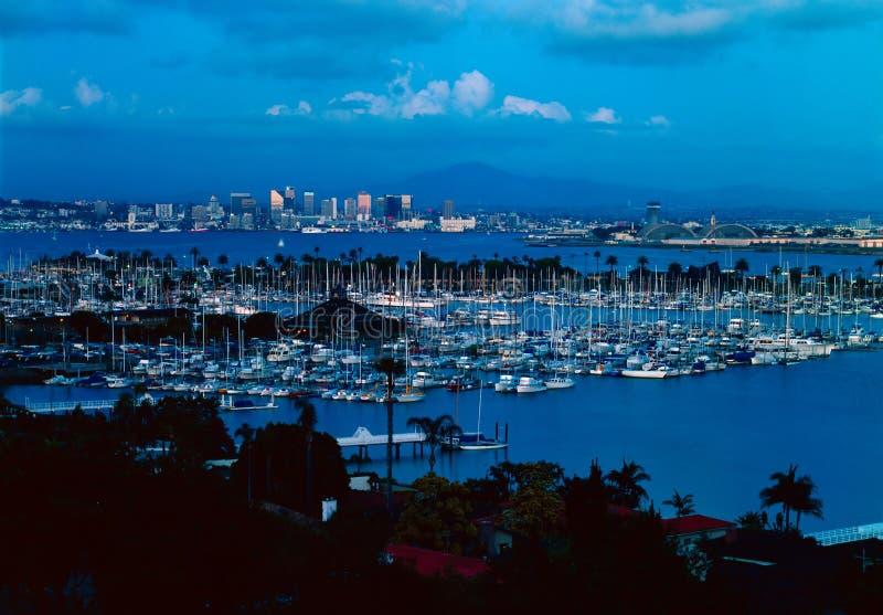 San Diego con la isla del abrigo en la oscuridad fotos de archivo