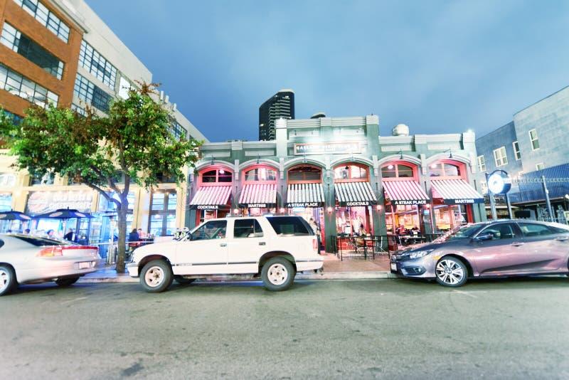SAN DIEGO - 30 DE JULIO DE 2017: Calles de la ciudad en la noche Attr de San Diego imagen de archivo