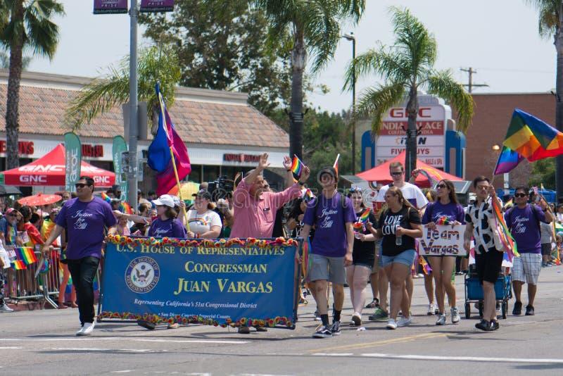SAN DIEGO - 15 DE JULIO: Representante Juan Vargas y otros no identificados marchan en el San Diego Pride Parade imagen de archivo libre de regalías