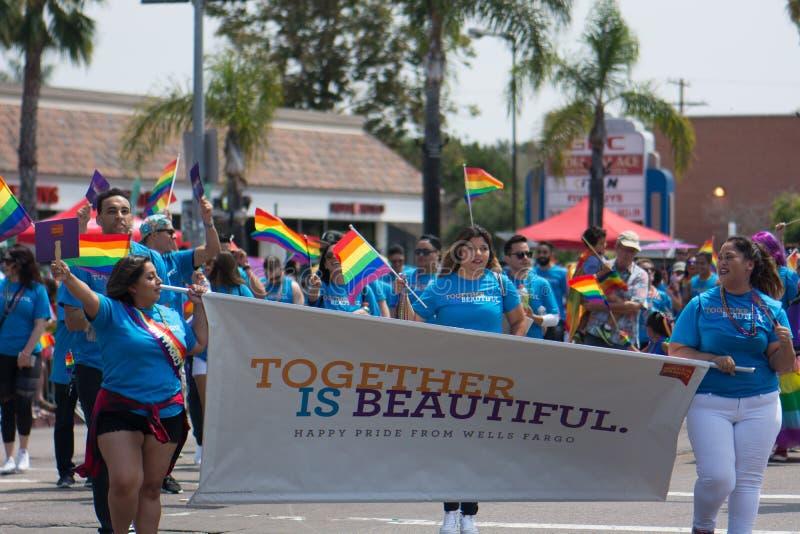 SAN DIEGO - 15 JUILLET : Les hommes et les femmes non identifiés marchent pour Wells Fargo dans le LGBT Pride Parade photos libres de droits