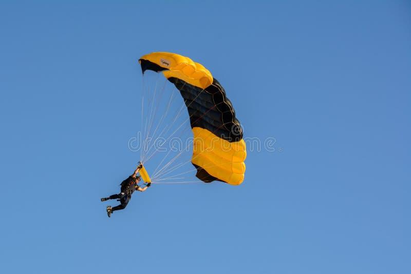 San Diego, la Californie, Etats-Unis - 3 juillet 2015 : Le parachutiste débarque sur la plage de Coronado à San Diego images libres de droits