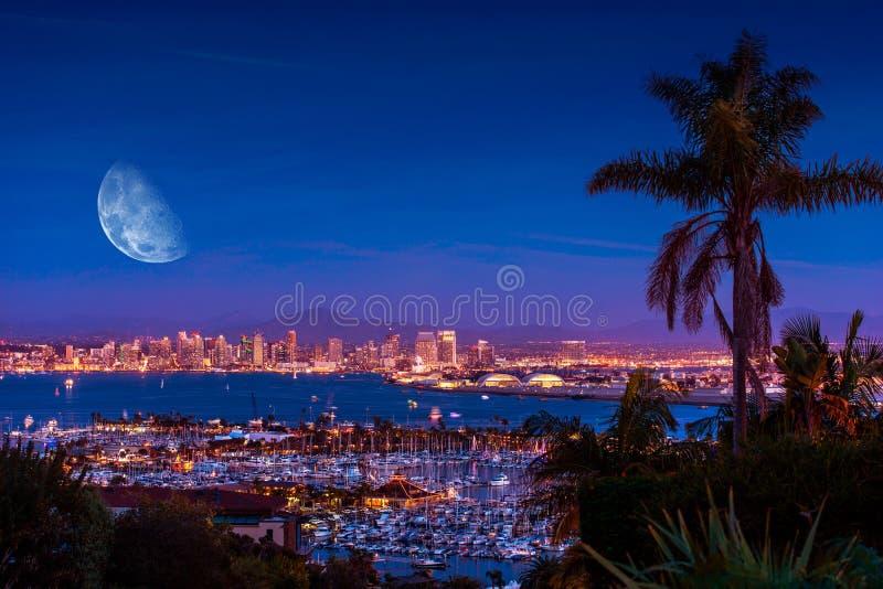 San Diego Night med månen royaltyfria bilder