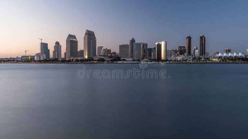 San Diego Skyline dans la soirée images stock